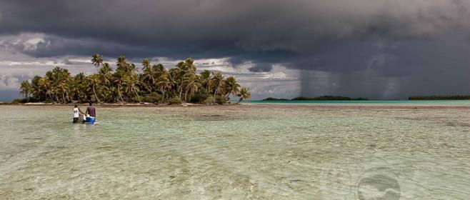 La laguna azul en las Tuamutu de Polinesia francesa